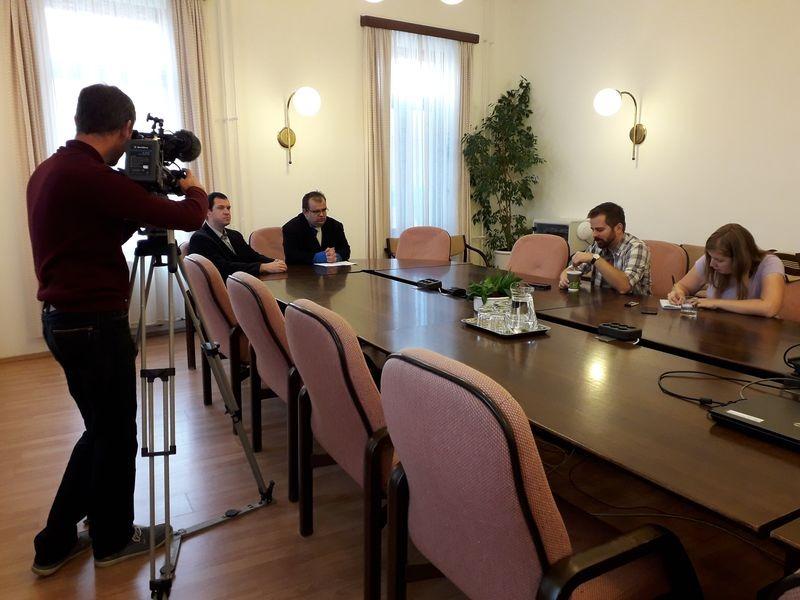 A háttérben Kovács Áron önkormányzati képviselő és Molnár Roland, az egyesület elnöke a sajtótájékoztatón. Fotó: a szerző
