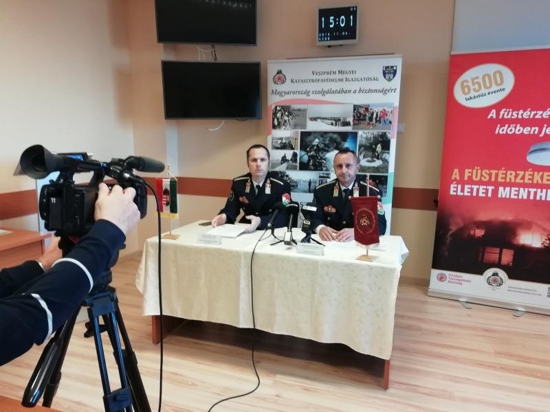 Glöckl Antal tűzoltó őrnagy és Csillag István tűzoltó ezredes tájékoztatta a sajtó munkatársait. Fotó: a szerző