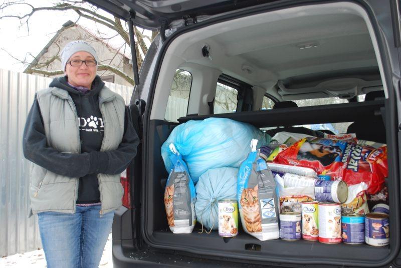Böröczky Vera, az Állatvédő Egyesület elnöke vette át az adományokat