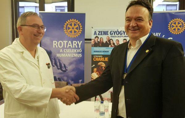 A képen balról dr. Gécs Sándor, a kórház urológiai osztályának osztályvezető főorvosa, jobbról Hartmann Péter, a Rotary Club Balatonfüred–Veszprém elnöke