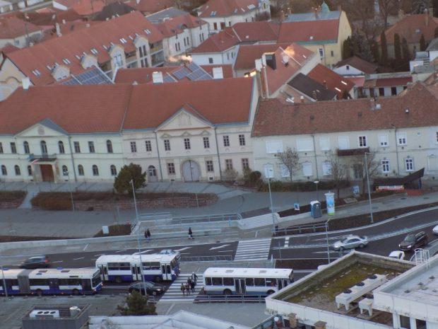 Az autóbuszok állnak, a gyalogosok haladnak