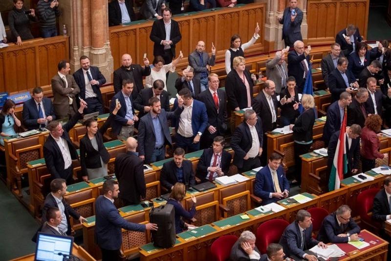 Az ellenzéki képviselők a magasba emelt kártyáikkal demonstrálják, hogy nem szavazhattak