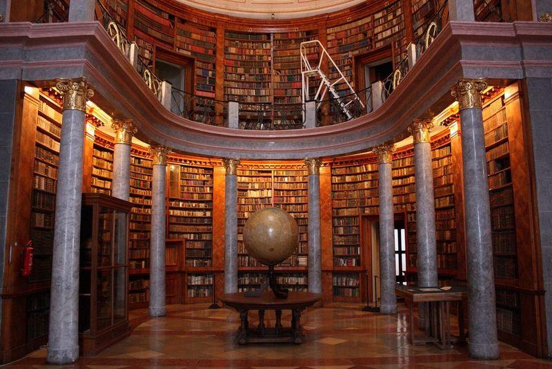 Sajnos, az ökumenikus csúcsról nem tudtunk fotót szerezni. Ez a pannonhalmi apátság könyvtárterme. Fotó: Tamás János/Flickr.com