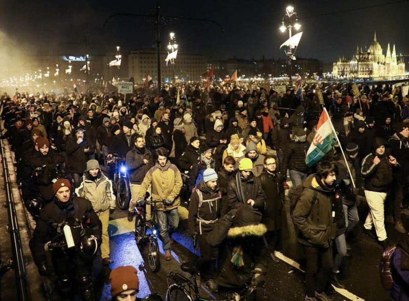 kiállsz tömegével, egy térre, többre, mindre, türelmesen nem engedelmeskedsz Fotó: infostart.hu