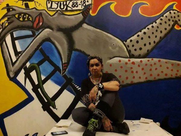 Zoé az újrafestett festmény előtt