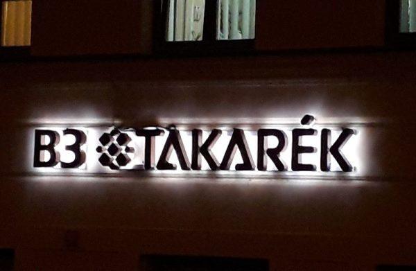 A Budapest úton, az OMV benzinkút melletti egykori  Forrás takarékszövetkezeti feliratot már lecserélték. Fotó: Veszprém Kukac