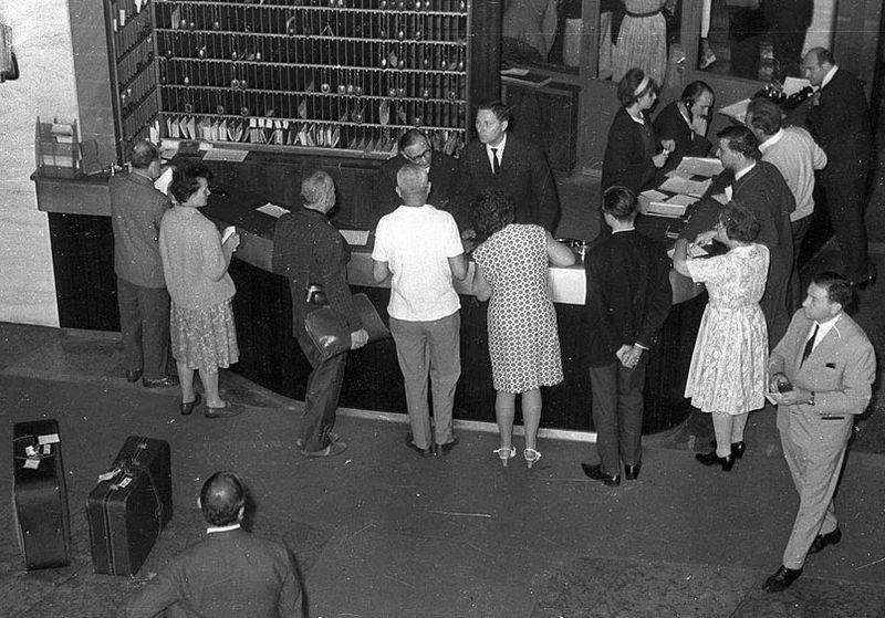 Rögzítik a vendégek adatait a budapesti Gellért Szálló recepcióján. A kép 1963-ban készült. Fotó: Bauer Sándor/Fortepan