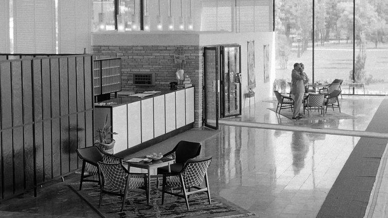 Az egykori Hotel Tihany recepciója 1963-ban. Ez is olyan, mint az adatgyűjtés, van is nincs is. A szállodát 1985-ben jelentősen átépítették, azóta a Club Tihany központi szállodájaként működik. Fotó: Fortepan.hu/Bauer Sándor