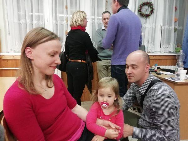 Kinga három éves. Tizenhárom hónapos korában diagnosztizálták nála az 1-es típusú diabéteszt. Szüleivel együtt hallgatta Bóta Tímea előadását arról, hogyan változtatja meg a cukorbetegség a családok életét. Fotók: a szerző