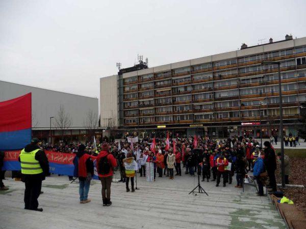 A városban több mint nyolcvan gépkocsival vonultak a tiltakozók, a Szent Imre téren pedig 5-600 ember hallgatta meg a felszólalókat. Fotók: a szerző