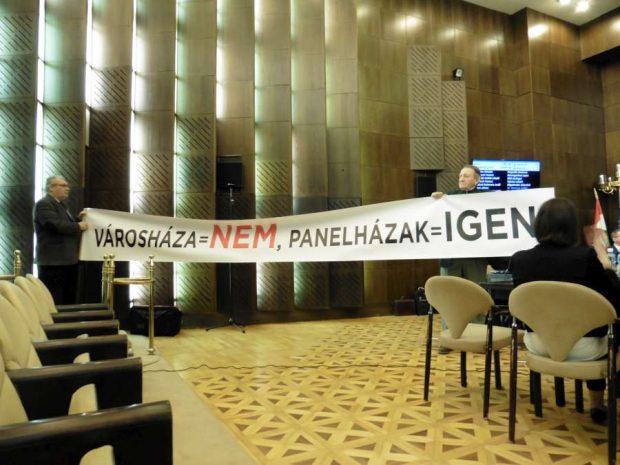 A Lokálpatrióták egy tizenöt méteres tiltakozó felirattal jelentek meg a közgyűlésen