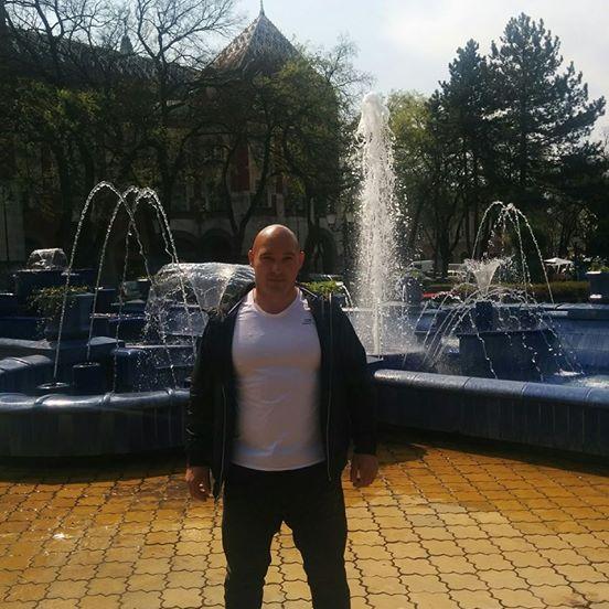 A szerb lapok szerint bérgyilkos Dér Csaba a szabadkai kék szökőkút előtt