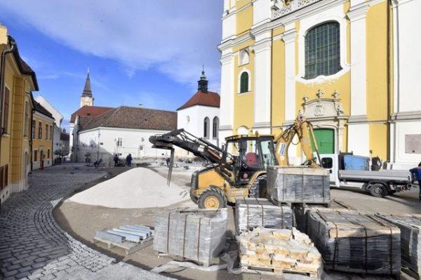 A felújítás alatt álló Hősök tere és a Szent István-székesegyház Székesfehérváron 2019. január 16-án. Fotó: MTI/Máthé Zoltán