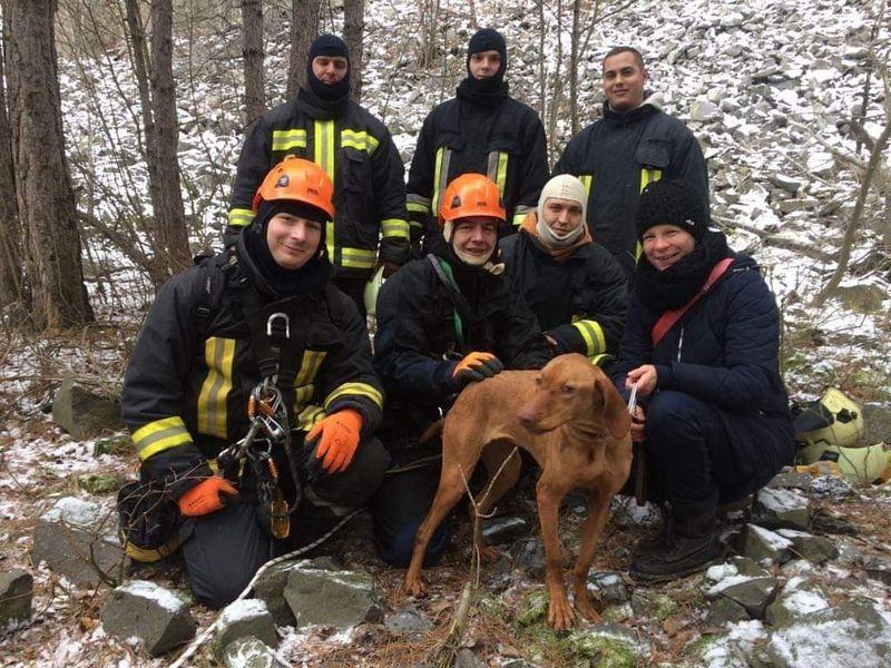 Mindenki boldog: a mentők, a vizslalány és a gazdi is. Fotók: a mentés résztvevőitől