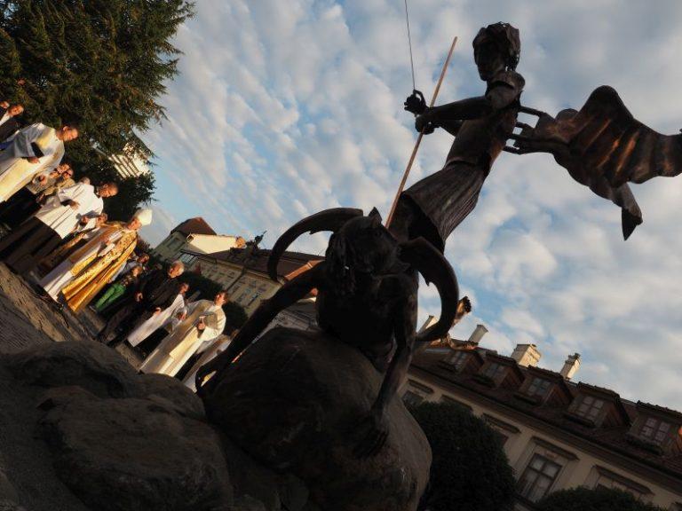 A városi legenda szerint Veszprémben is politikai pontszerzési céllal állítottak Szent Mihály arkangyalnak szobrot majdnem Simicska háza elé. Fotó: Veszprém Kukac archív