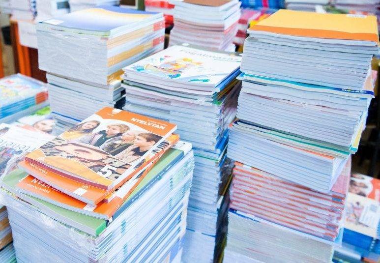 """Az """"ingyen tankönyvek"""" valójában használt kölcsöntankönyveket jelentenek, melyekbe a gyerekek nem jegyzetelhetnek, azokat év végén vissza kell adniuk, és a sérült, beleírásokat tartalmazó tankönyvet a szülőnek saját költségen kell pótolnia. Fotó: 24.hu"""