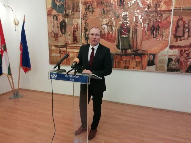A polgármester ismerteti a város költségvetésének főbb számait. Fotó: a szerző