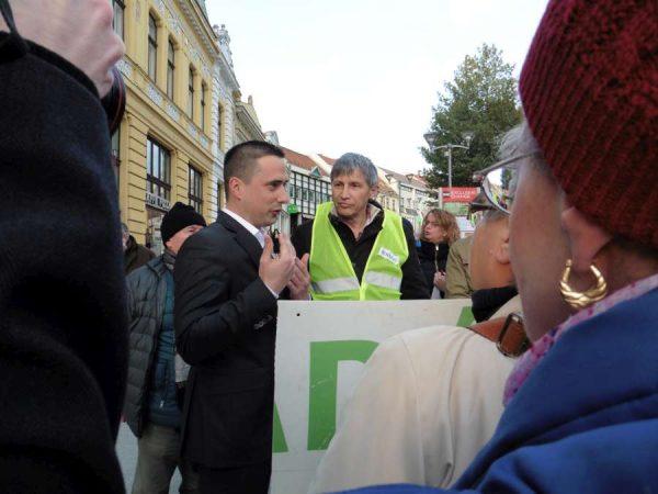 Ovádi Péter (öltönyben) és Katanics Sándor (sárga mellényben) szópárbajának is fültanúi voltak a demonstráció résztvevői. Fotók: a szerző