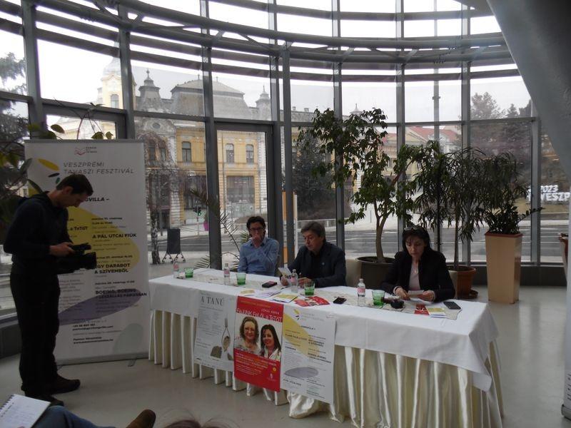 Vándorfi László sajtótájékoztatón bejelenti a Tavaszi Fesztivál műsorát. Fotó: Pannon Várszínház
