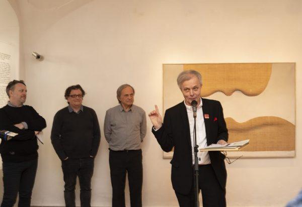Hegyeshalmi László, a Művészetek Háza Veszprém igazgatója megnyitja a kiállítást. Fotók: Művészetek Háza Veszprém