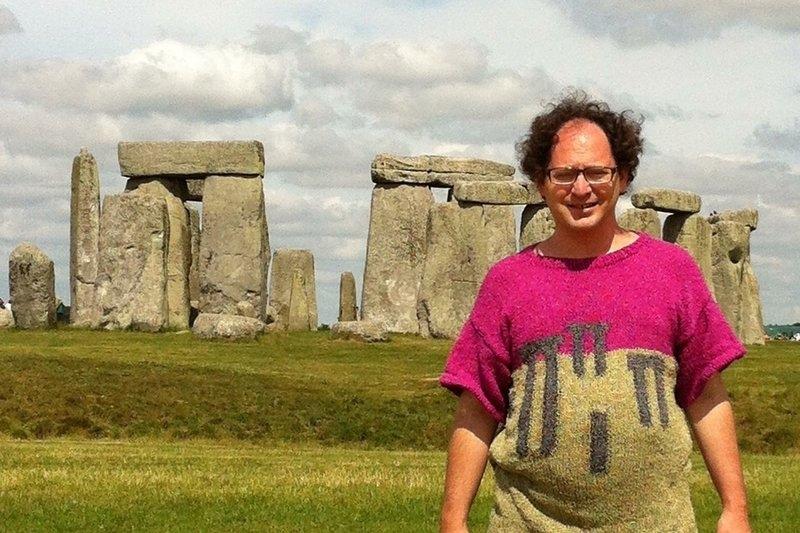 Samuel Barsky 43 éves amerikai 20 éve köti a pulóvereket azokkal a látványosságokkal, amiket felkeres és a helyszínen szelfit készít a pulóverben. Fotók: internet