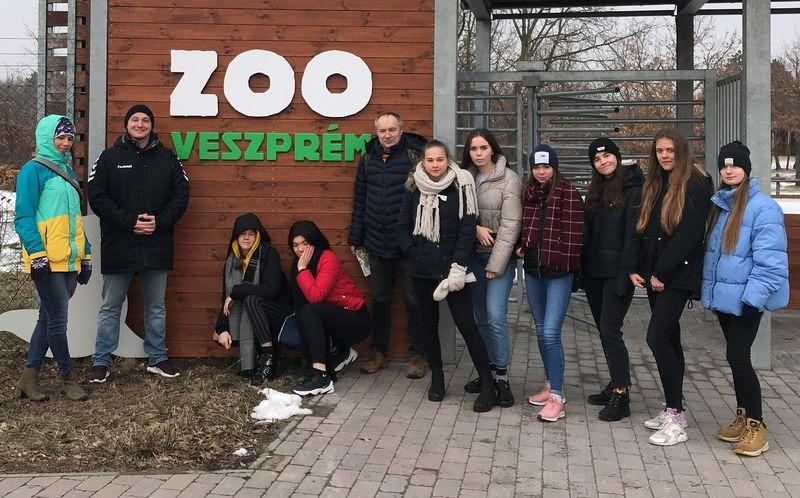 A vendégek az állatkert bejáratánál. Fotó: VEDAC