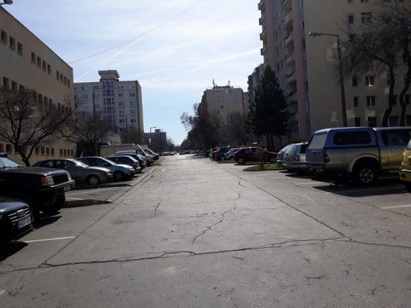 Veszprémben az útburkolatok többsége rossz, a parkolás nehézkes. Fotók: Veszprém Kukac archív