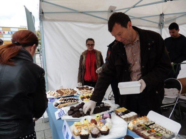 Tavaly első alkalommal rendezett sütivásárt az egyesület, amelyen közéleti személyiségek is részt vettek. Képünkön dr. Gelencsér András, a Pannon Egyetem rektora árulja a süteményt. Fotók: a szerző