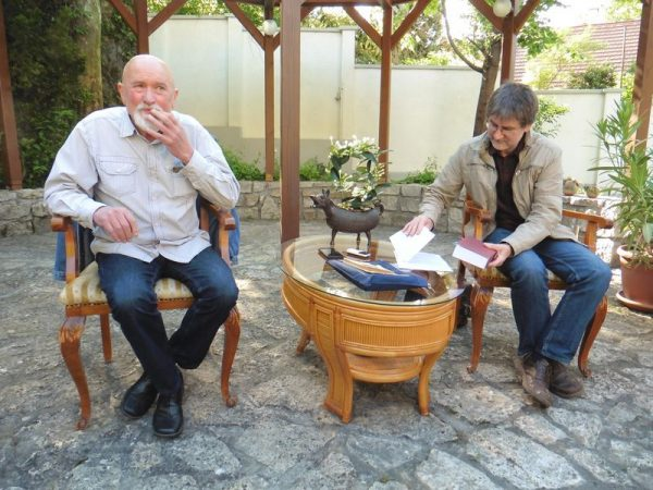 Tömöry Péter (ingben) és az őt kérdező Ladányi István (zakóban) a Bősze Salon vendégeiként. Fotó: Veszprém Kukac archív