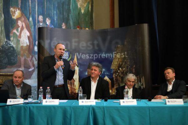 Balról jobbra: Mészáros Zoltán fesztiváligazgató, Porga Gyula polgármester, Ókovács Szilveszter, az operaház főigazgatója, Medveczky Ádám karmester és Bátor Tamás programigazgató