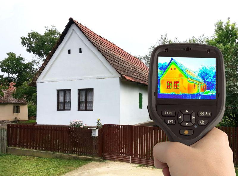 Minden második tulajdonos panaszkodik arra, hogy családi háza nagyon sok hőt veszít a falakon, ezért a szigetelést tervezők döntő hányada komfortosabb és melegebb belső teret, továbbá a fűtési kiadásai csökkenését várja a hőszigeteléstől. Fotó: 123rf.hu