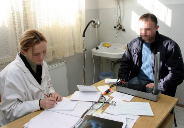 A többségnek lesújtó véleménye van a hazai orvosi ellátásról, alig valamivel kettes fölé értékelik a helyzetet a megkérdezett emberek – derült ki egy friss felmérésből. Képünk illusztráció