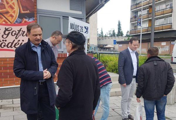 Dr. Brenner Koloman a fórum után beszélgetett az érdeklődőkkel. Fotó: Jobbik