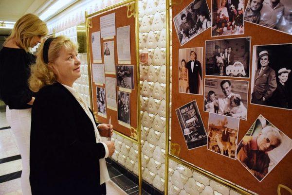 A fesztivált beharangozó sajtótájékoztatóval egy időben megnyílt a II. Rátonyi Róbert Operettfesztivál kiállítása a színház előcsarnokában Operettcsillagok címmel, amelyen Rátonyi Róbert életéről és öt kiváló operettcsillagról is megemlékeznek, Veszprémben soha nem látott fellépőruhákat, családi fotókat, személyes levelezéseket is bemutatva. A kiállítást Oszvald Marika is megcsodálta. Fotó: Veszprémi Petőfi Színház