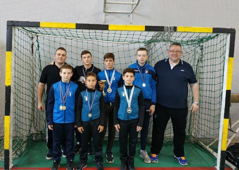 A veszprémi Centrum Sportegyesület ifjú birkózói edzőjükkel, Janku Ferenccel