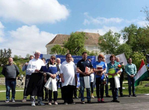 Az ünnepélyes megnyitón Molnár Roland, az egyesület elnöke kitüntetéseket, elismeréseket adott át. Képünkön a díjazottak. Fotók: a szerző