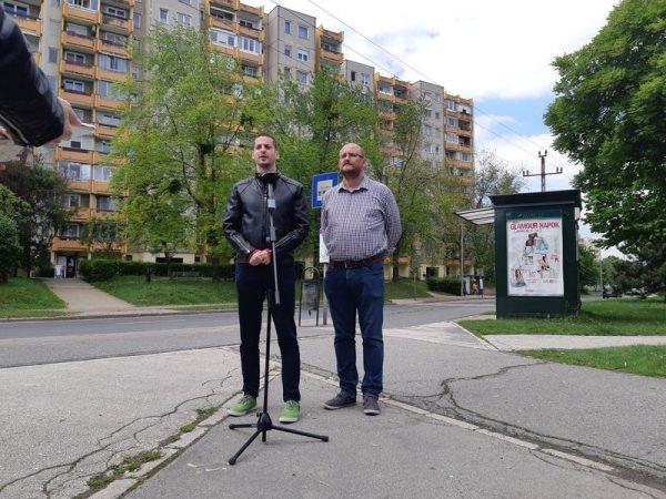 Ungár Péter és Gerstmár Ferenc a Haszkovó utcai buszmegálló előtt