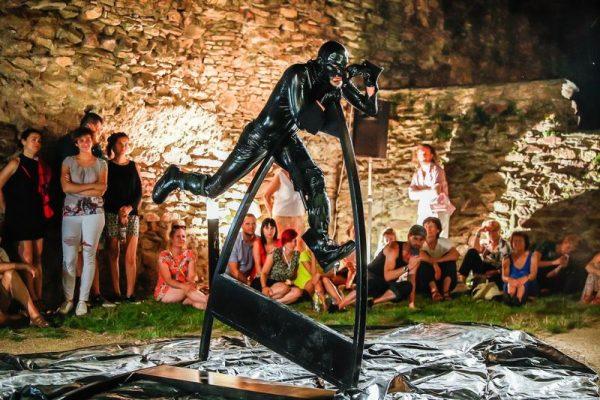 Gergye Krisztián társulata Kőszegen is előadta a Ha mi árnyak... című produkciót. Veszprémben a Haszkovón belépődíj nélkül megnézheti a közönség. Fotó: Szendi Péter
