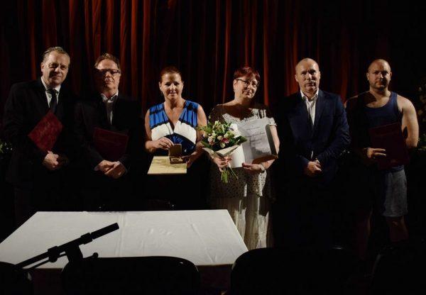 A képen balról jobbra: Oberfrank Pál, Kőrösi Csaba, Kellerné Egresi Zsuzsanna, Borosné Kocsis Erika, Porga Gyula, Szórádi Roland. Fotó: Veszprémi Petőfi Színház