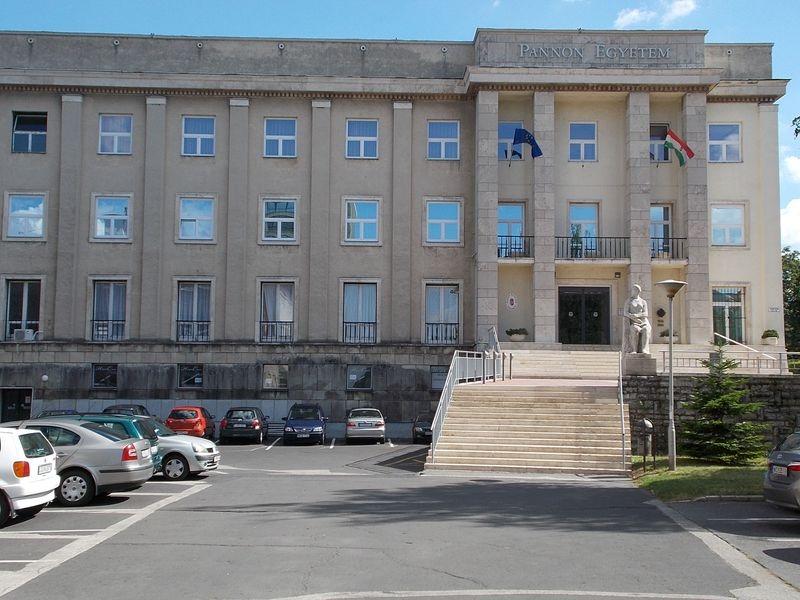 Az előadásoknak helyet adó egyetemi épület. Fotó: Wikimedia