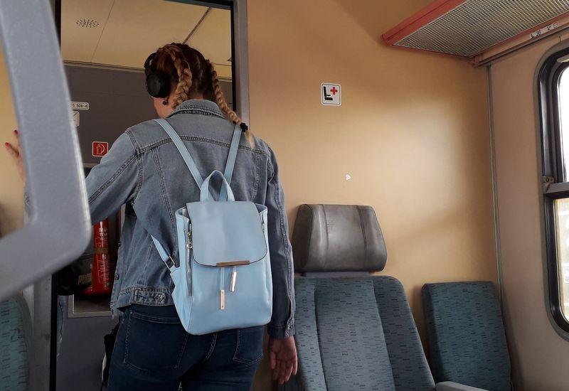 Szerencsére Székesfehérváron leszállt a vonatról a fejhallgatós hölgy. Fotó: a szerző