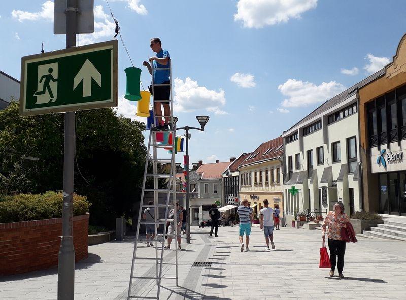 Tegnap még csak az előkészületek folytak, ma estére azonban benépesül a belváros. Fotó: Veszprém Kukac