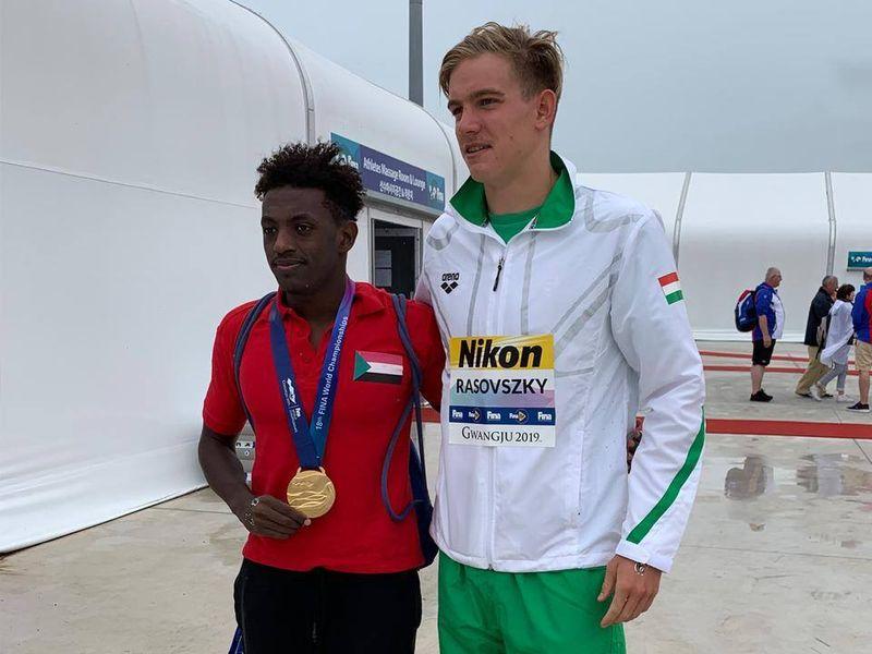 Kristóf a győzelem után az utolsó helyen végzett szudáni srác nyakába akasztotta az aranyérmét
