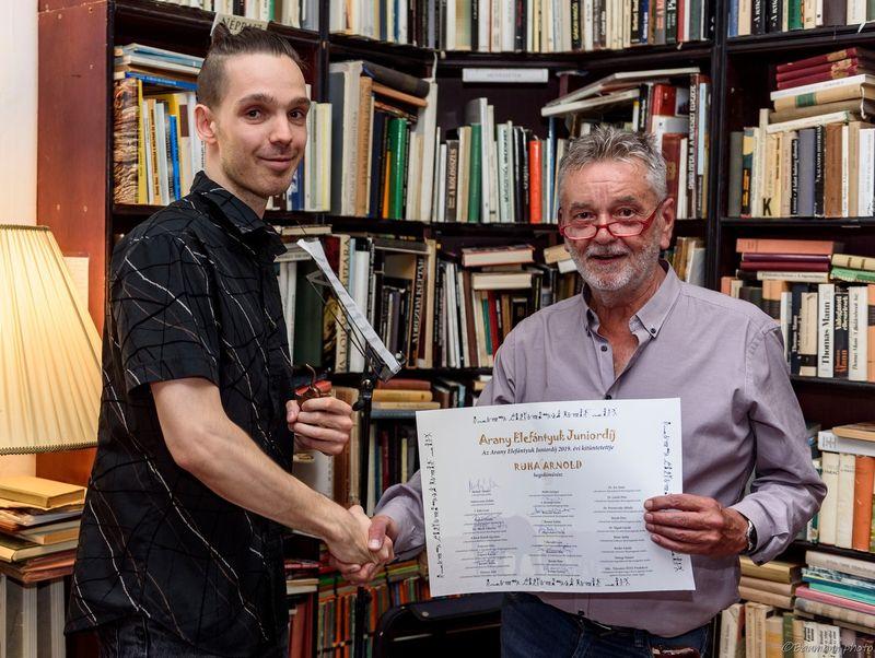 Az Elefántyuk Junior-díj első büszke tulajdonosa Ruha Arnold, aki Molnár Sándortól, a társaság elnökétől vehette át az elismerést az Utas és holdvilág Antikváriumban. Fotók: Baumann Béla