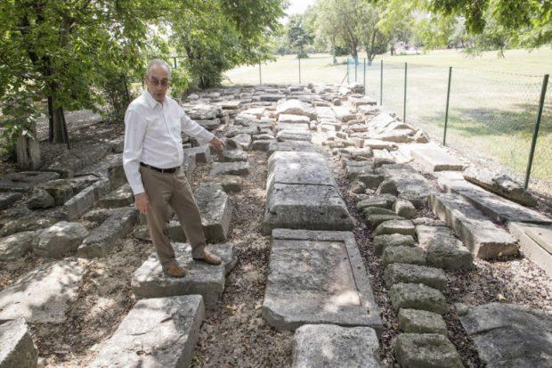 """Visy Zsolt régészprofesszor a dunaújvárosi kőtárban: """"Lépni kell, ha újabb évezredekig meg akarjuk őrizni ezeket az emlékeket!"""" Fotó: Teknős Miklós"""