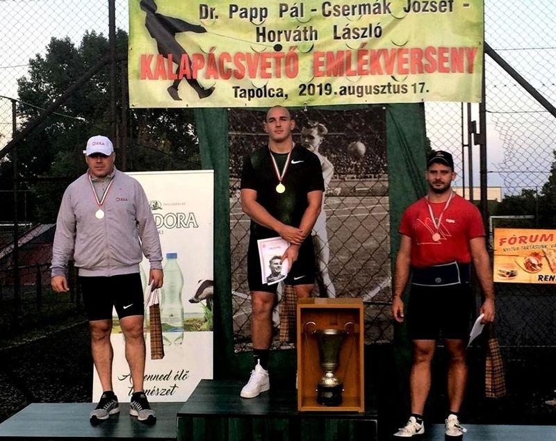 A dobogó legfelső fokán Halász Bence, a másodikon Pars Krisztián. Fotó: VEDAC