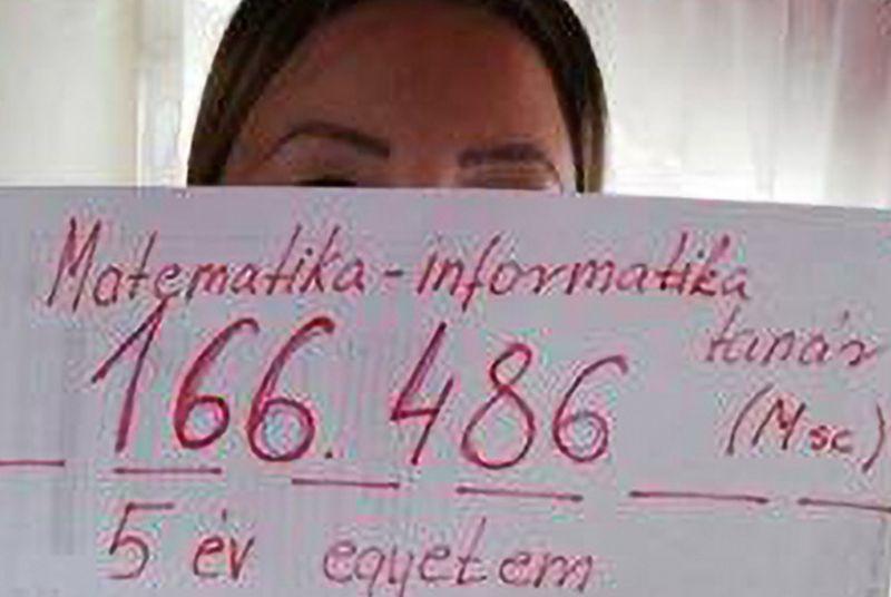 Nettó bérükkel fotózkodtak a tanárok, hogy megmutassák: nem emelkedett a fizetésük. Fotó: index.hu