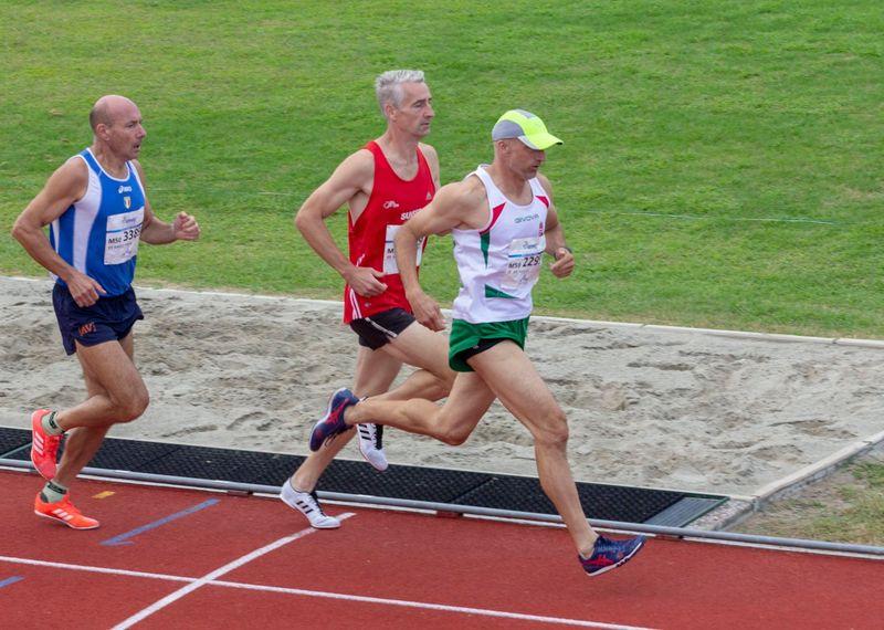 Kósa Zoltán (kék pólóban) gátfutásban ötödik lett. Fotók: VEDAC