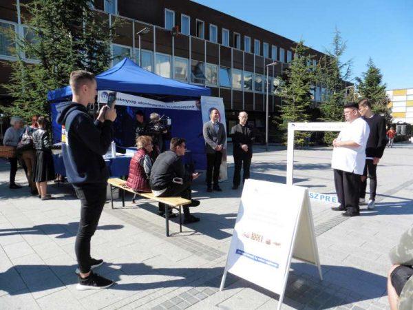 Molnár Roland, az egyesület elnöke (fehér pólóban) megnyitja a süteményvásárt. Fotók: a szerző