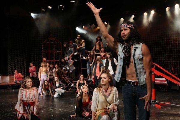 Jelenet a Pannon Várszínház Hair című előadásából. Fotó: Pannon Várszínház